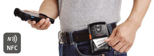 La Bixolon SPP-R200III colgada de la cintura.